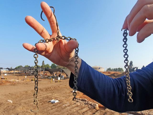 Arqueólogos israelíes descubren una moneda de la era bizantina aprox. de la época de Jesús - chain