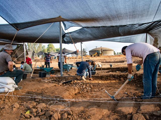 Arqueólogos israelíes descubren una moneda de la era bizantina aprox. de la época de Jesús - digging