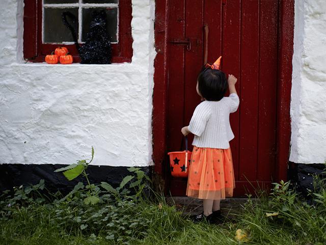 halloween-child-door_si.jpg