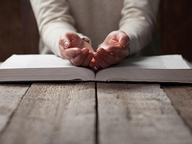 woman-bible-hands